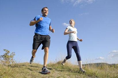 Sportifs qui courent en extérieur